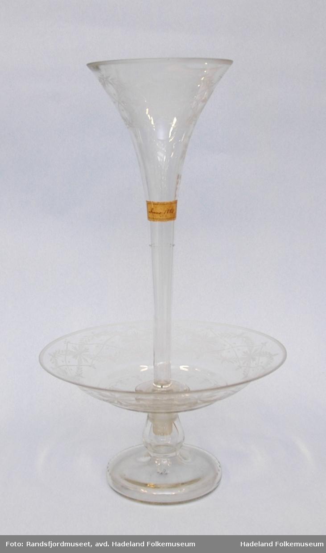 to deler. a: Fat på stett med høyreist traktformet vase (b) opp fra midten. Slipt dekor