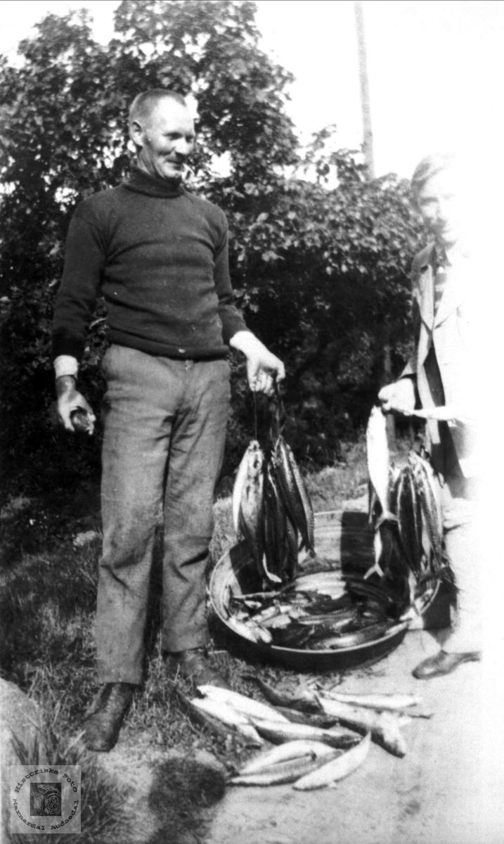 Portrett av ukjent person med fin fiskefangst. Person trolig med tilknytning til Abelset i Bjelland.