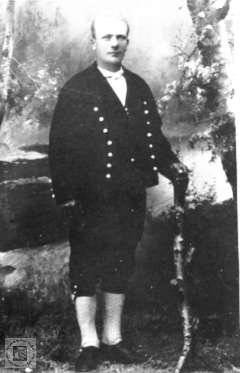 Portrett av Knut Skogen, Øyslebø, i bunad.