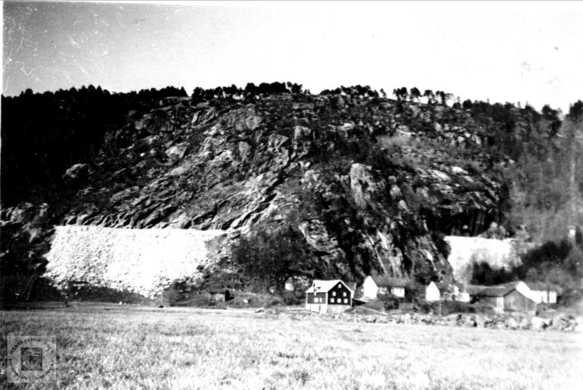 """Jernbanefylling bak """"Nergarden"""", Øyslebø."""