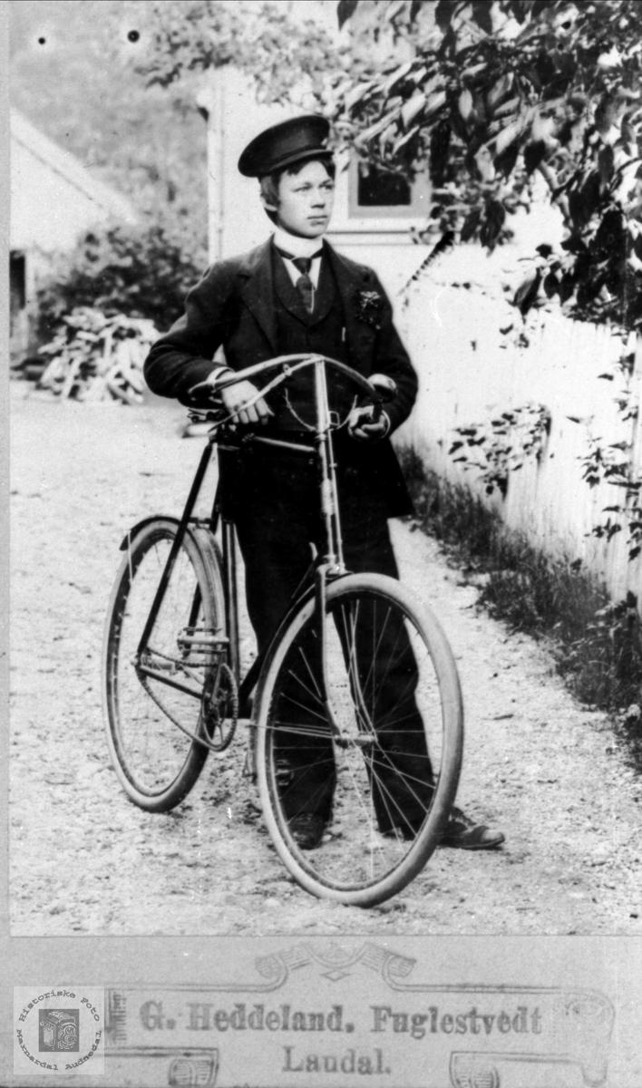 Portrett av ukjent mann med sykkel.
