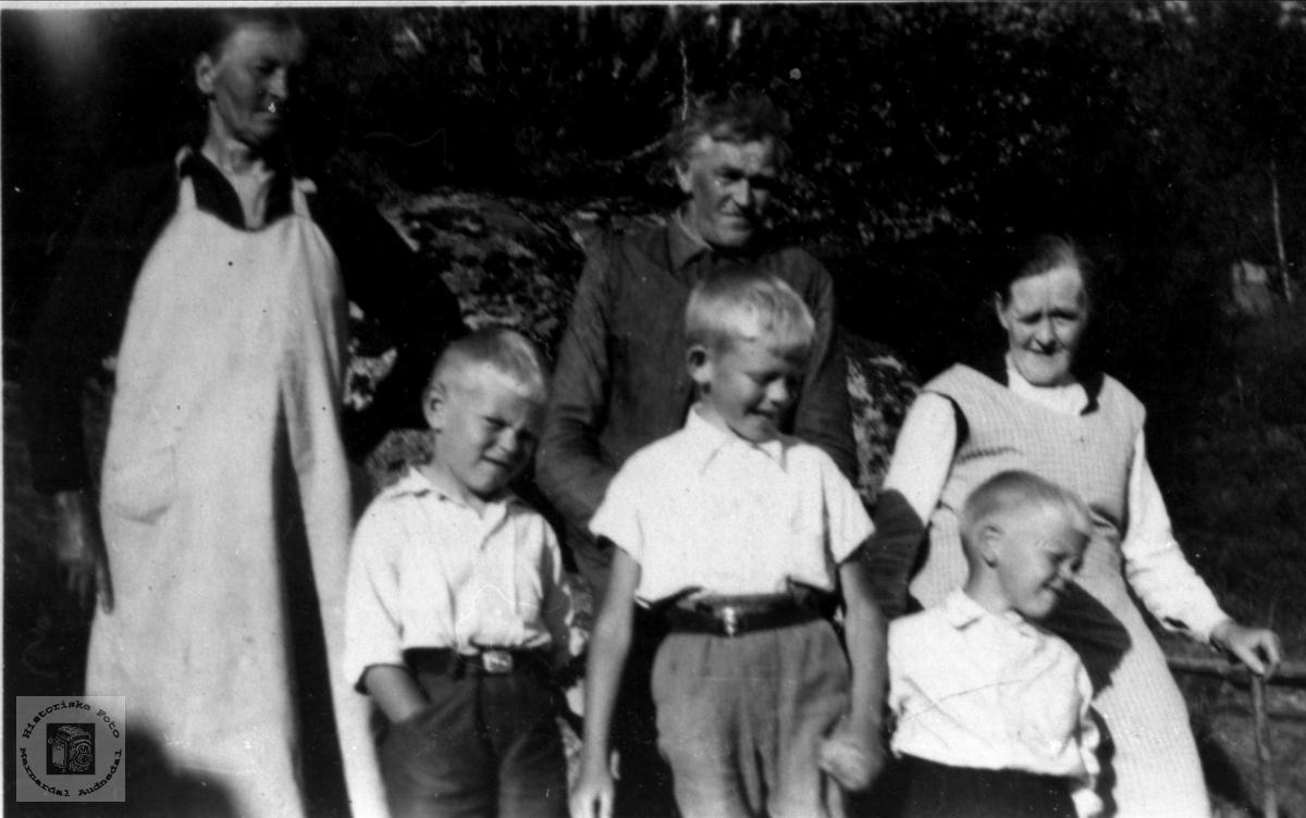 Gruppeportrett fra Bjørnehola, Gangså, Øyslebø.