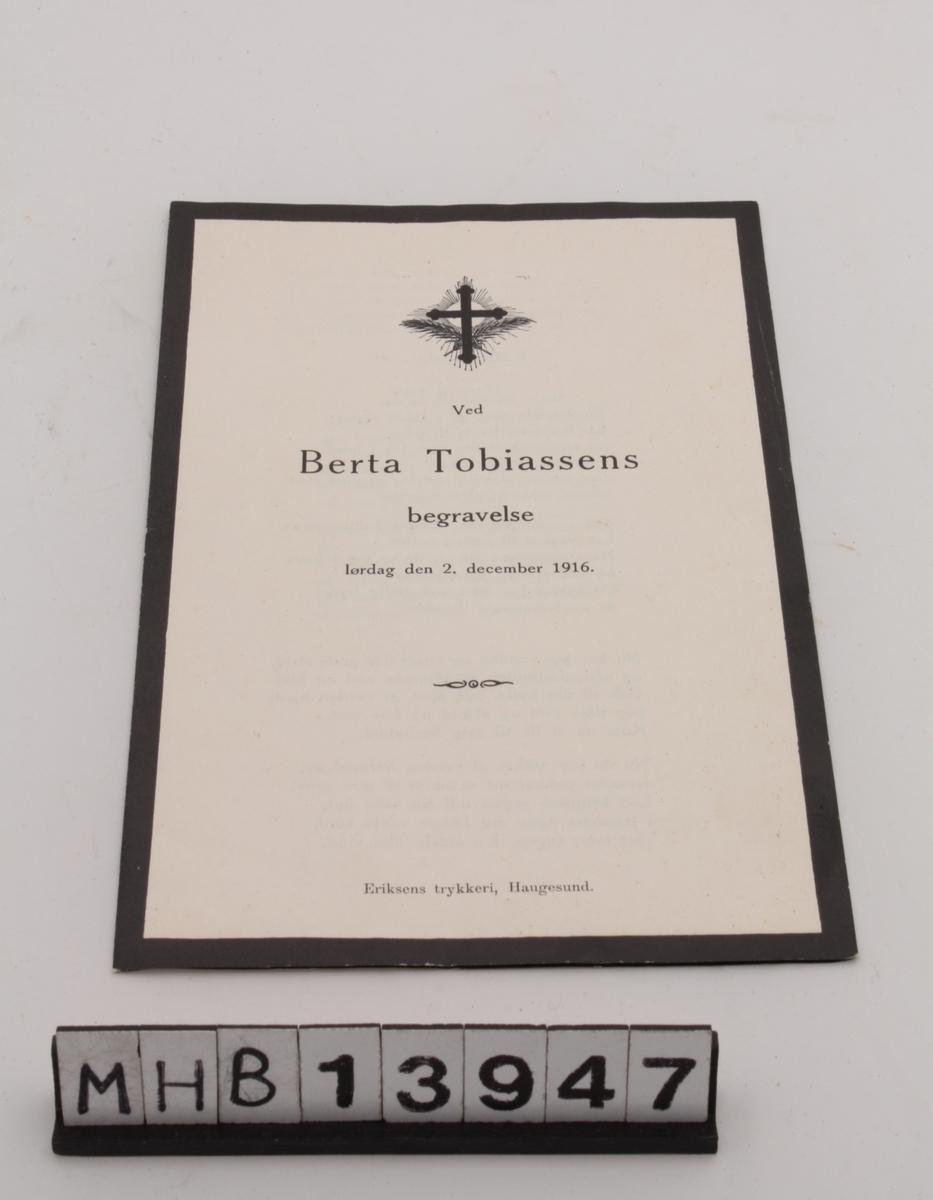 Rektangulært papirhefte bestående av ett a4 ark brettet dobbelt. Det inneholder salmer til begravelsen til Berta Tobiassen.
