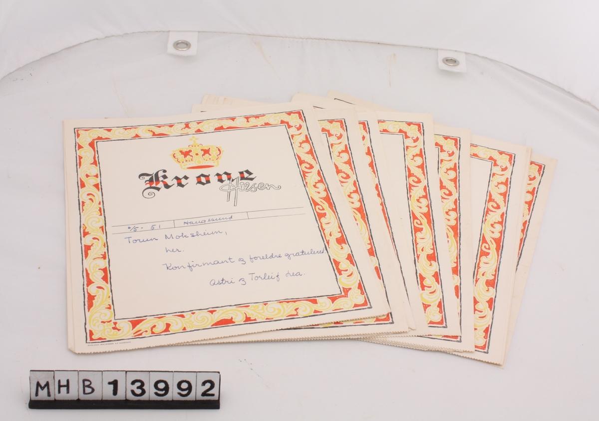 En bunke telegram som gratulerer giver med konfirmasjonen. Telegrammene har trykte motiver til dekorasjon og trykt eller håndskrevet gratulasjonstekst.    29 Krone Hilsen 74 stk fra Telegraf verket 7 stk fra Det  norske telegrafvesen 6 telegram av annen type 9 telegram i form av kort