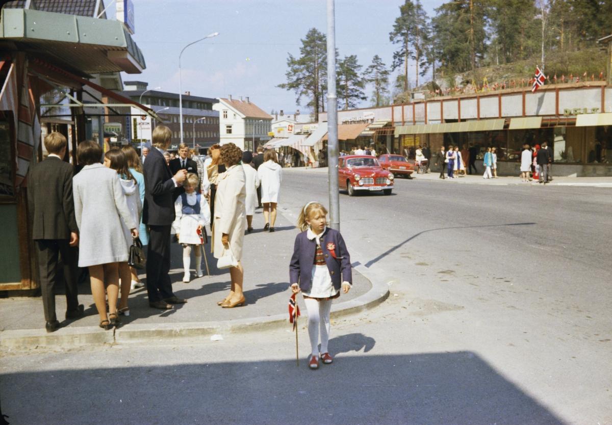 17. mai, Elverum. 1970. Ved Narvesenkiosken i Storgata. Mennesker på fortauet.