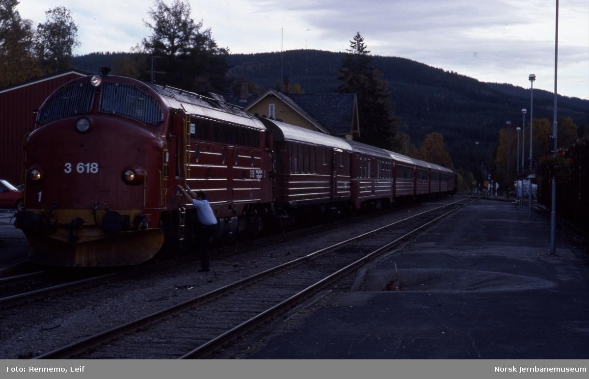 Diesellokomotiv Di 3 618 med Rørosbanens dagtog på Koppang stasjon