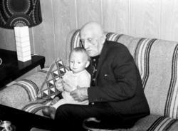 Kristian Båtnes og barnebarnet Bjørn Tore Josefsen i 1973.