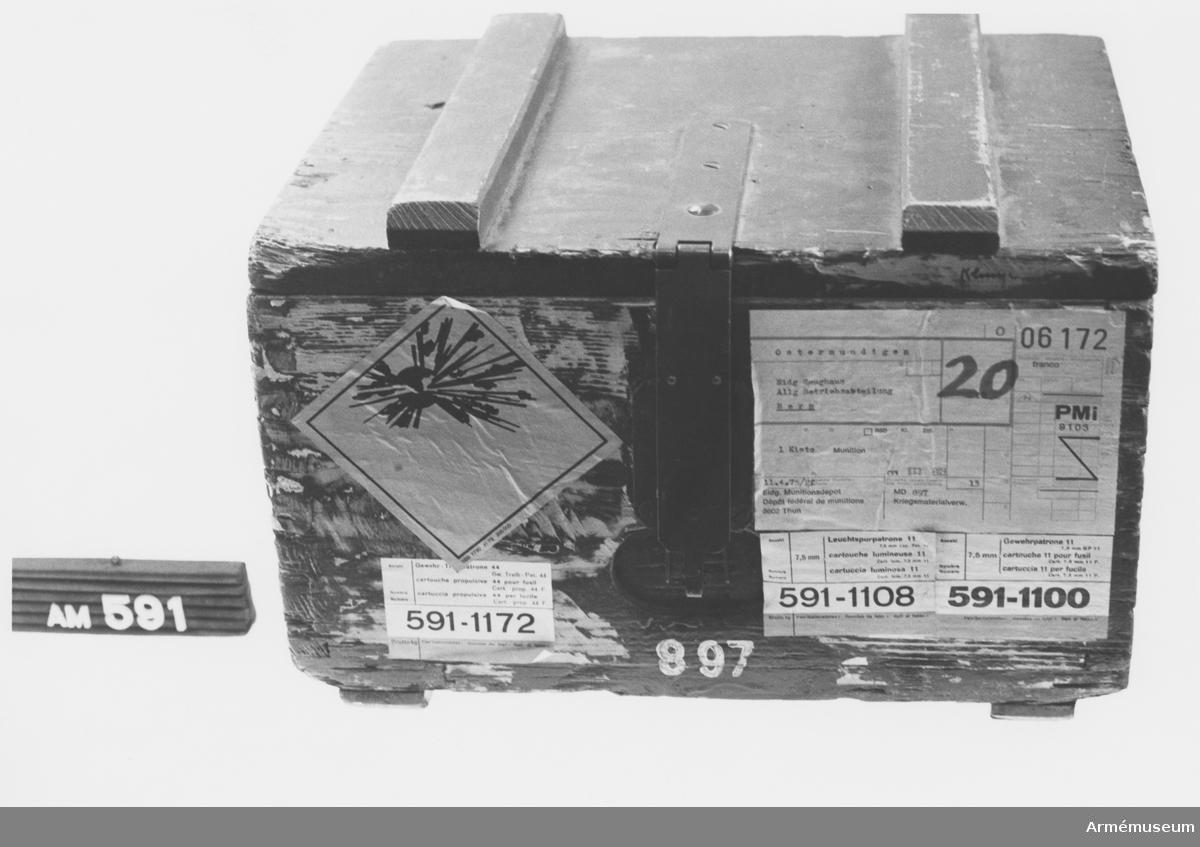 Samhörande nr är 511-599, 700-701. Transportlåda t gevärsammunition m/1911, Schweiz. Lådan är tom. Schweizisk gåva.