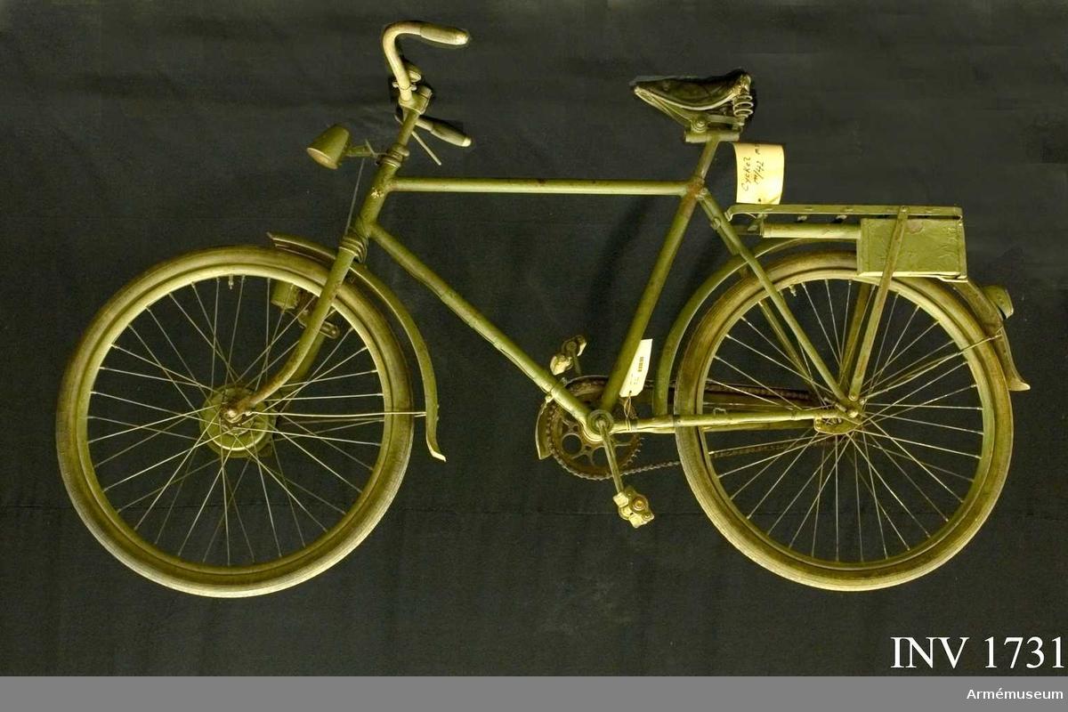 Cykel m/1942 för Livgardets dragoner, K 1.  Lackerad med olivgrön färg. Samhörande cykellyse, verktygsbox  med cykelpump och reparationsmateriel.