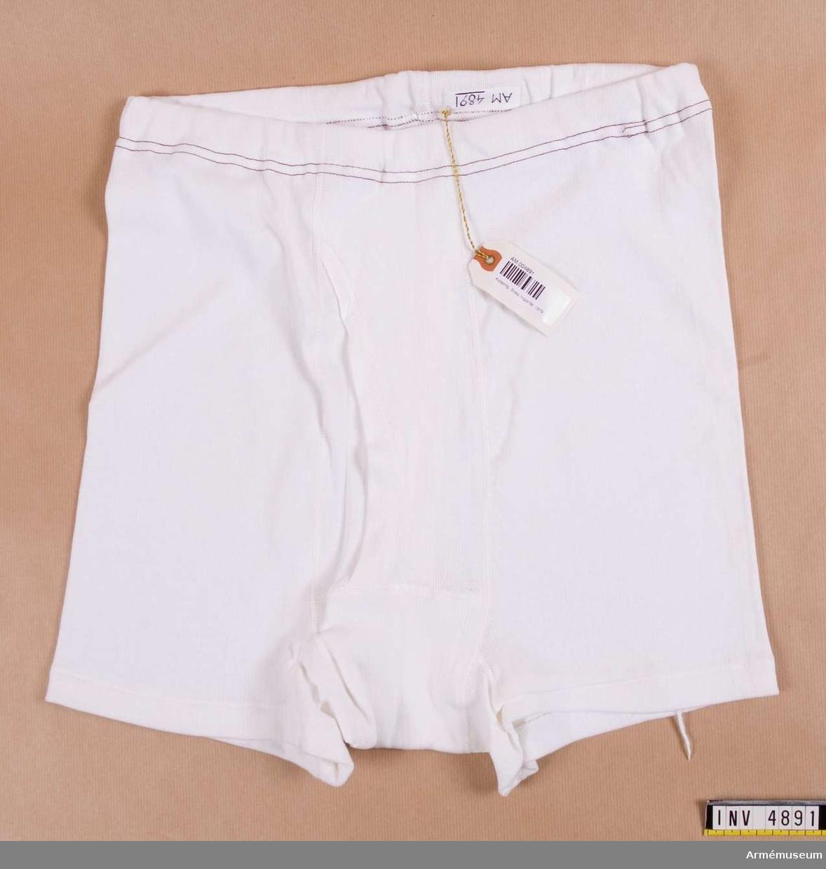 Storlek: 6. Kalsonger korta, av vit trikå, bomull, omlottgående framtill. Märkta Eiser 6.