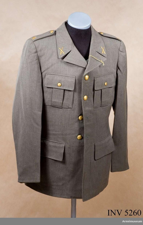 Av samma snitt som uniform m/1939. Daglig dräkt av gråbrungrönt tyg. Bärs till mörkt gråbrungröna byxor. Tjänstetecken mattförgyllda. Storlek: II III.