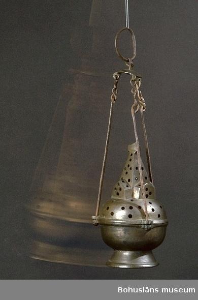 Rökelsekar av brons hängande i tre järntenar. Skålformigt och  med lock som har formen av en gotisk kyrkobyggnad. Locket perforerat med hål. Det pryds överst av ett numera något defekt kors. Slät underdel.   Ur handskrivna katalogen 1957-1958: Rökelsekar, Myckleby. Höjd utan upphängningsanordning 21,5 cm; fotens diameter 9,5 cm; brons, upphängn.-anordn. delvis järn. 2 små bitar slagna av locket. Myckleby, Bohusl. 1400-t.  Ur Knut Adrian Anderssons katalog 1916: No 24 Rökelsekar av brons. (21 x 13 x 13 cm) av brons från yngre medeltiden, tillhört en kyrka på Orust (1400-talet). Skänktes 1861 av orgelnisten H. Andersson i Myckleby socken.  Lappkatalog: 13