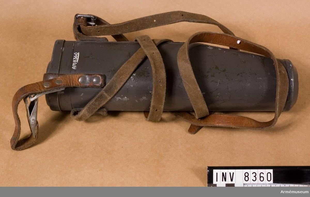 Samhörande nr är AM 8359 och 8360.Fodral m/1941 t kikarsikte t gevär m/1896.Längd 298 mm. Största bredd 95 mm. Vikt 500 g. Kikarsiktefodral för kikarsikte m/1941 passar till gevär m/1896 AM 6924. Märkt 398.