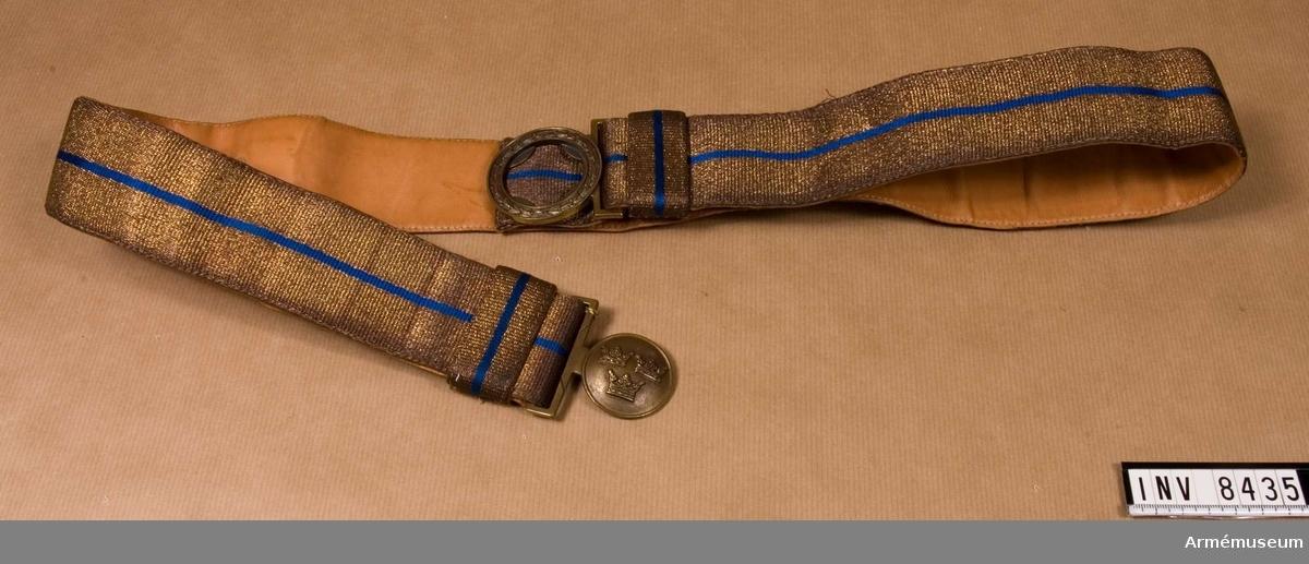 50 mm brett, tillverkat i bronsfärg och blått silke utan tofsar samt med bronsfärgat spänne med tre kronor. Är fodrat med ljust skinn. Användes till stor och liten parad (högtidsdräkt).