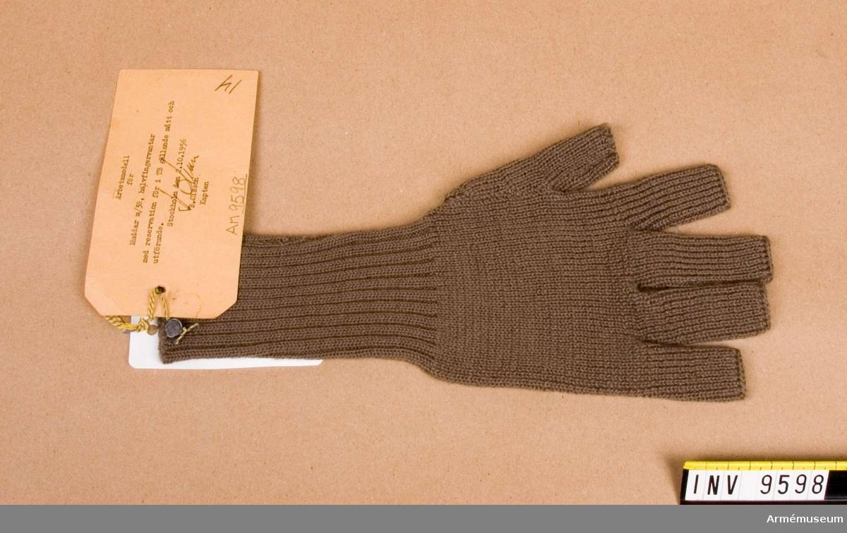 Stickad med mudd och med halva fingrar.   Använda som arbetsmodell 2.10.1956.