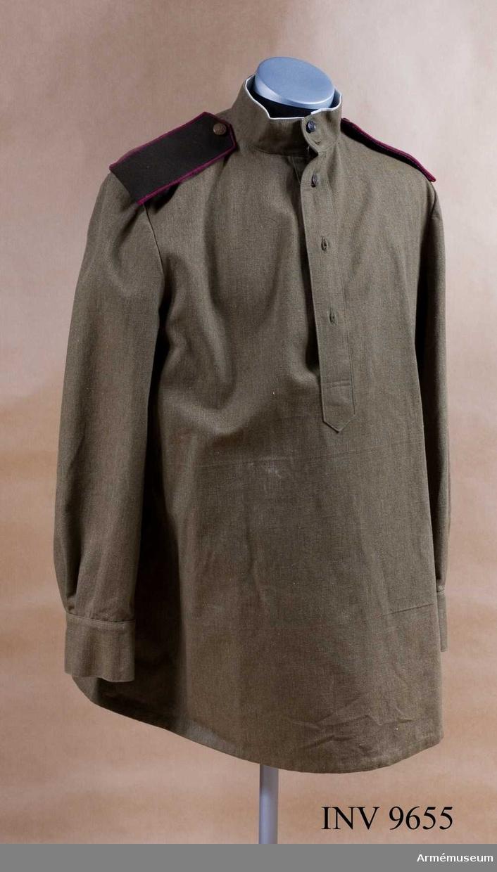 Militärblus, soldat, infanteri, Röda armén 1943. Av gröngrått bomullstyg med sprund framtill knäppt med knappar. Har ståkrage knäppt med två knappar. Saknar fickor. Ärmens manschett knäpps med två knappar. Kragen är på insidan klädd med en remsa av vitt bomullstyg. Den syns från rätsidan två mm ca. Har axelklaffar.