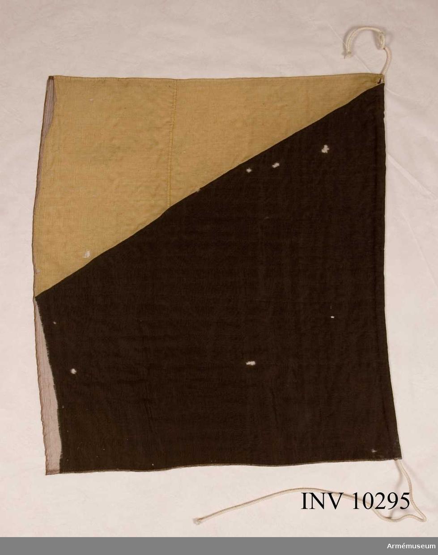Fana av ylle diagonalt svart - gul, utan emblem. Endast delvis bevarad, insydd i crepelin.