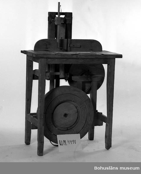 Ur handskrivna katalogen 1957-1958: Ramsåg, av trä H. (t. bordet) 83; bordets mått: 75,5 x 44,5 cm; vevas för hand; (hemmagjord). Hel.  Lappkatalog: 30