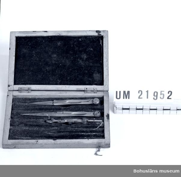 """594 Landskap BOHUSLÄN  Innehåller tre st.passare av olika storlek. Invändigt klätt med blått sammetstyg.  Locket har """"slagit""""sig.        UMFF 67:11"""