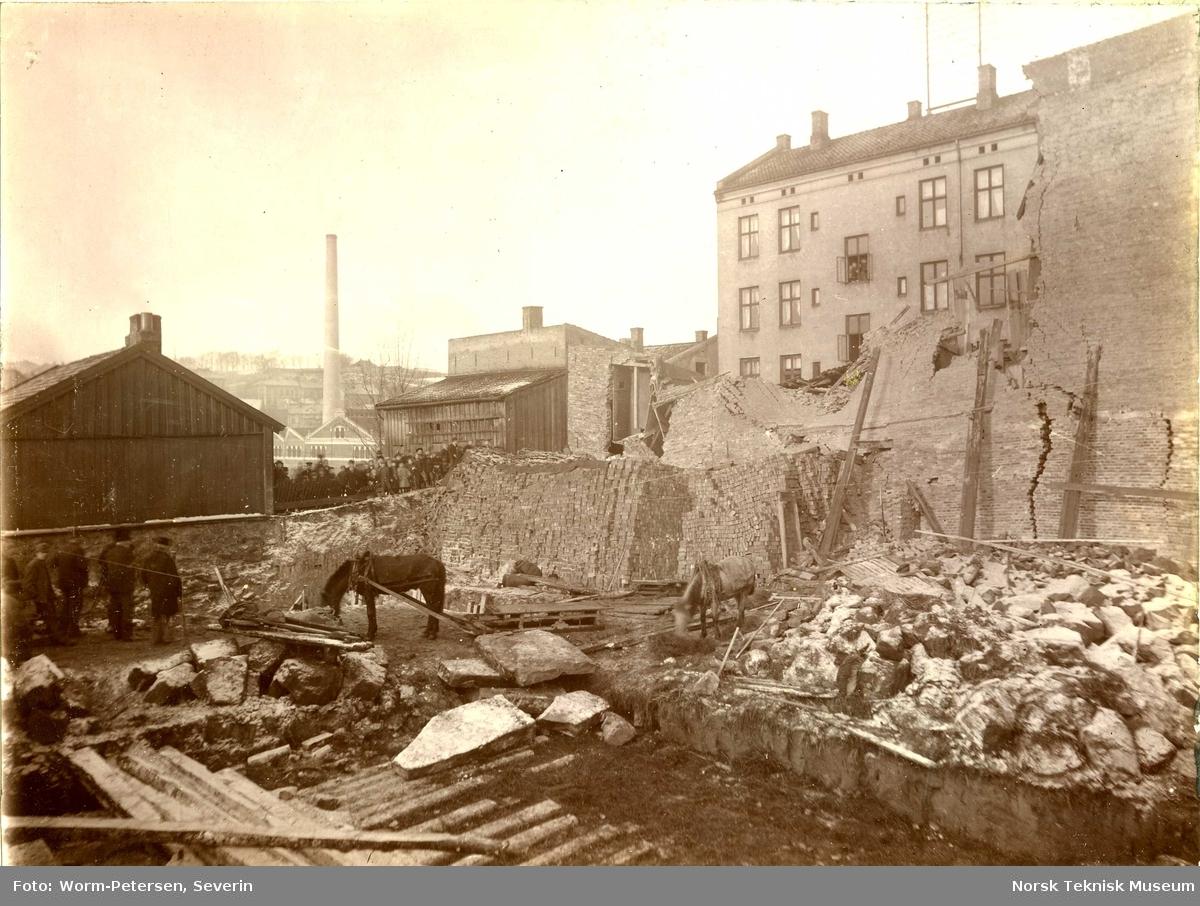 Sammenrast bygård, Grünerløkka hjørnet Markveien Søndregate, januar 1896. I bakgrunnen fabrikkbygningene til Indigo, Nedre Gate 5
