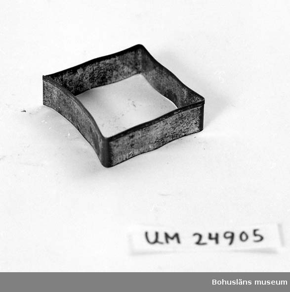 594 Landskap BOHUSLÄN  Fyrkantig. För upplysningar om ägarna, Gunnar och Greta Karlsson, se UM18527. Gåvan omfattar UM24884 - UM24915.