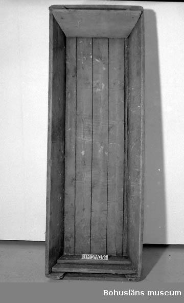 Givaren född på släktgården Västra Torp. Hon är uppvuxen där.  Gården som har anor sedan 1500-talet (se Jörlanda-boken) övertogs av henne och hennes man Ingvar. År 1942 reparerades det ursprungliga boningshuset. 1985 revs det. Slakttråget använt på Västra Torp. Troligen sedan ca 1900.  OBS! UM-numret som finns på bilden är felskrivet.