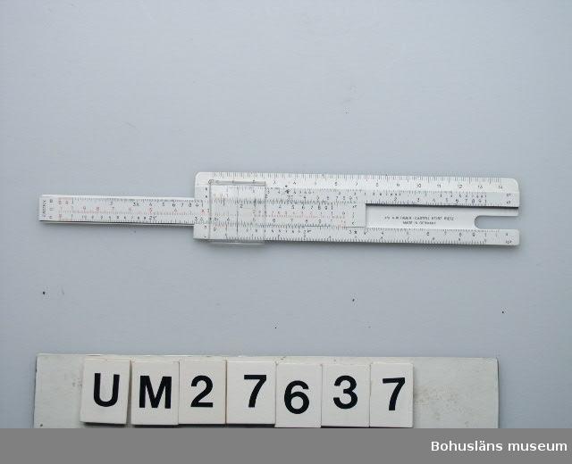"""Föremålet visas i basutställningen Uddevalla genom tiderna, Bohusläns museum, Uddevalla.  Räknesticka av vit plast av märket Castell i grönt skinnfodral . Båda märkta  på ena sidan  """" A/S MOSS VAERFT & DOKK"""".  Räknestickan förvarades alltid i bröstfickan.  Föremålen UM27634 - UM27640 har använts på Uddevallavarvets ritningskontor.  För ytterligare information om förvärvet, se UM27635."""