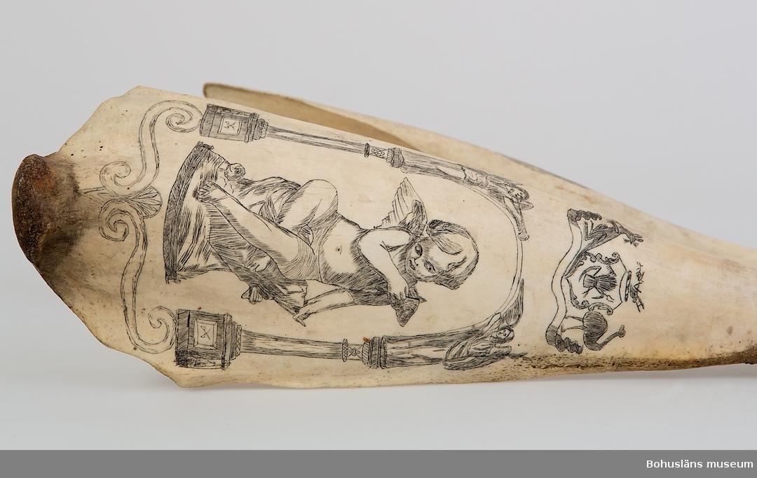 Man med käpp och två pistoler innanför bältet på ena käkdelen. Ett släktvapen innehållande bland annat känguru, struts, kärve, lie, kratta och åder på andra käkdelen. Under vapnet en kerub sittande på en sten omsluten av två änglar placerade på kolonner.