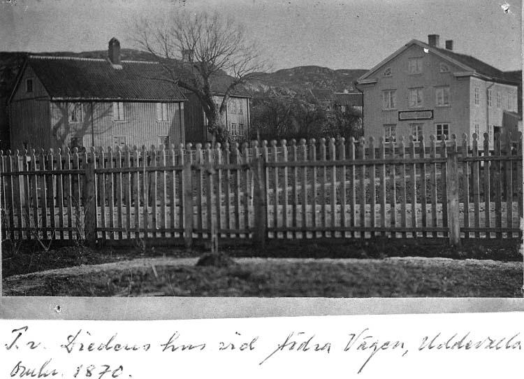 """Text på kortet: """"T.v. Diedens hus vid Södra Vägen, Uddevalla, omkr. 1870""""."""