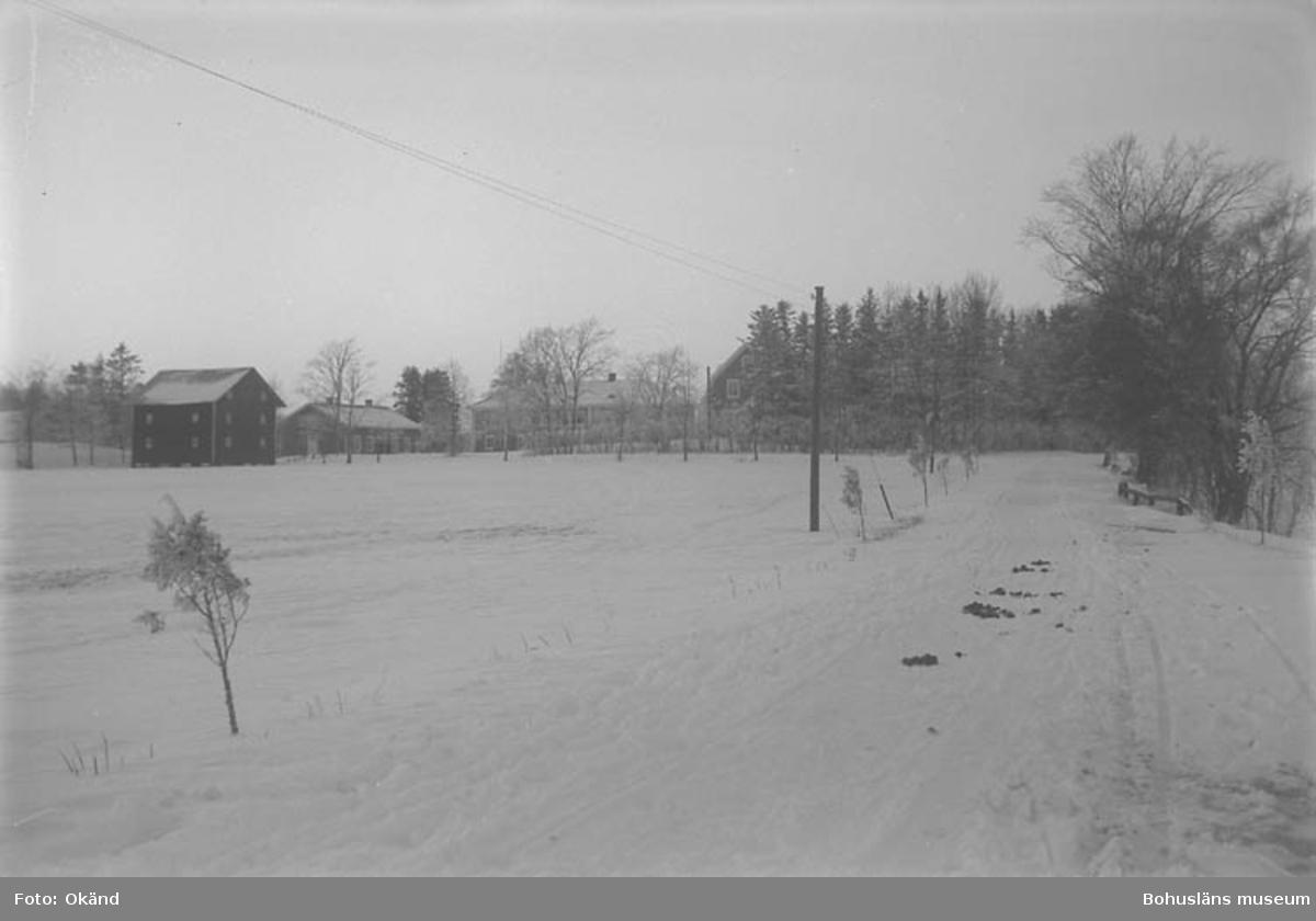 "Text till bilden: ""Grupphus, vinterbild""."