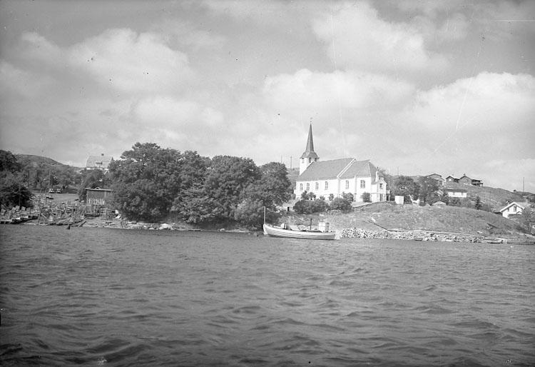 """Enligt AB Flygtrafik Bengtsfors: """"Fiskebäckskil kyrkan fr. sjön Bohuslän""""."""