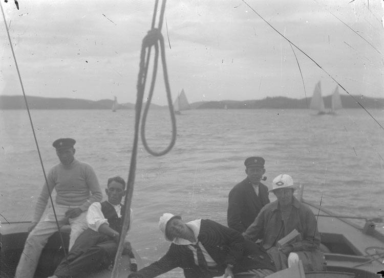 """Enl. text i blå bok: """"Personer i aktern på segelbåt."""" ::"""