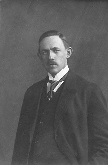 """Enligt noteringar: """"Alfred Andersson avg. å. 1912:2. Erfordras större foto så skall jag sända sådant."""""""