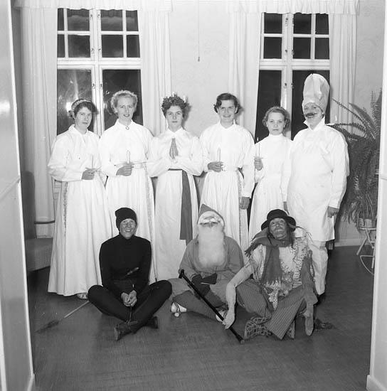 Lucia med tärnor, bagare, sotare, tomte och luffare(?) på Epidemisjukhuset Uddevalla år 1955