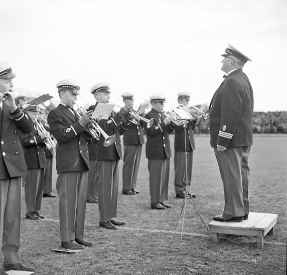 """Enligt notering: """"Gossmusiker U-a 14/4 1957""""."""