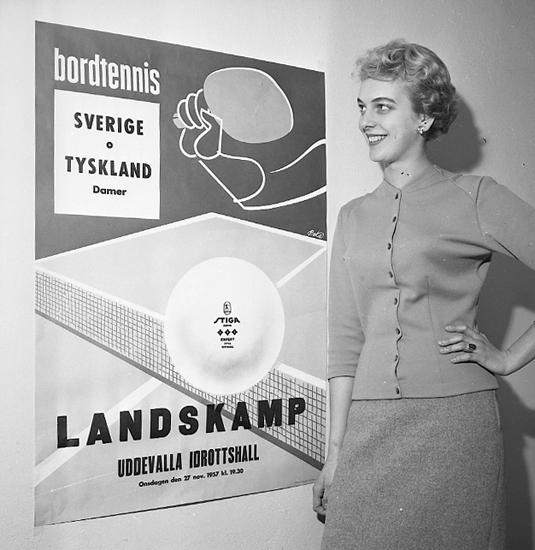 """Enligt notering: """"Birgitta Tegner vid affisch d 23/11 57""""."""