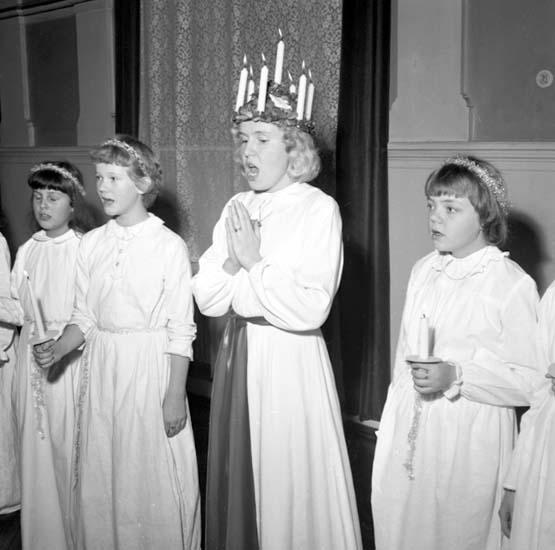 """Enligt notering: """"Västgöta Gilles Lucia d 29/11 -58""""."""