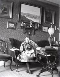 Arfhild i sitt rum 1894.