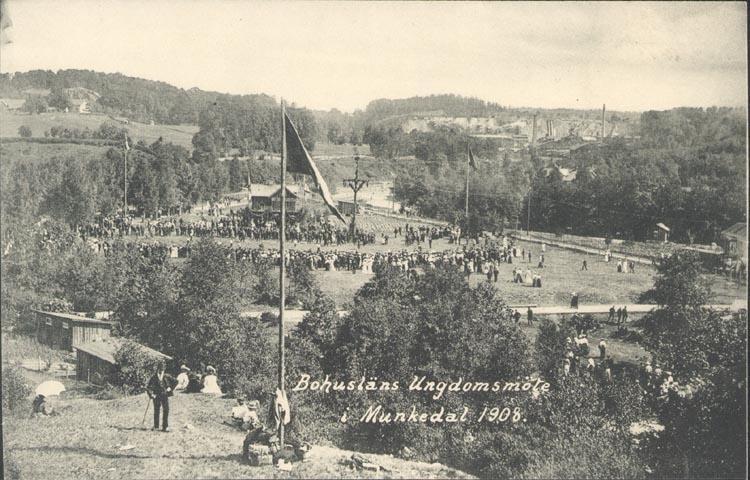 """Tryckt text på kortet: """"Bohusläns Ungdomsmöte i Munkedal 1908""""."""