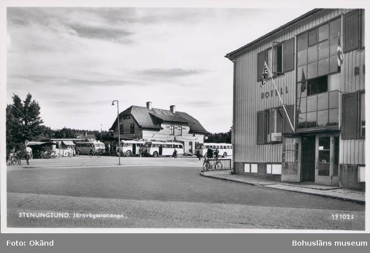 """Tryckt text på kortet: """"Stenungsund. Järnvägsstation."""""""