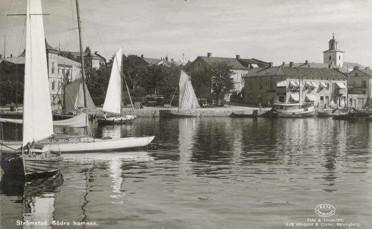 """Tryckt text på kortet: """"Strömstad. Södra Hamnen."""" """"Förlag: Strömstads Bokhandel, Strömstad."""""""