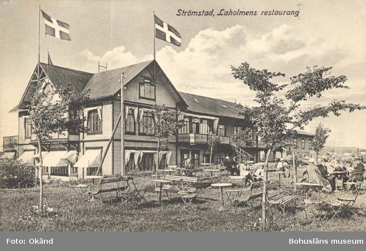 """Tryckt text på kortet: """"Strömstad. Restaurant Laholmen."""" """"Förlag: Larssons Bokhandel, Strömstad."""""""
