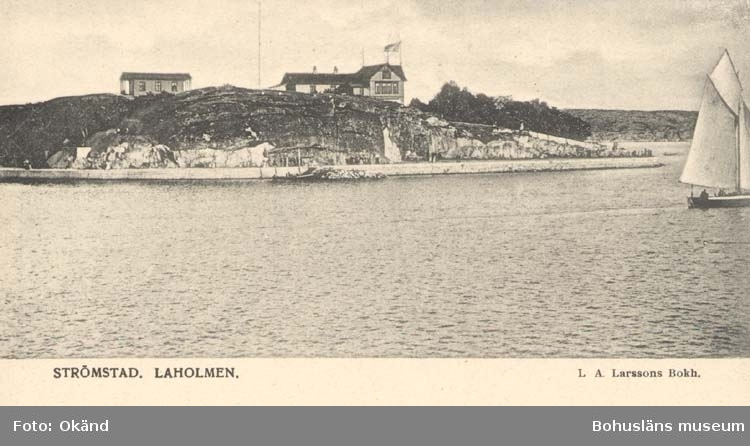 """Tryckt text på kortet: """"Strömstad. Laholmen."""" """"Förlag: Larssons Bokhandel, Strömstad."""""""