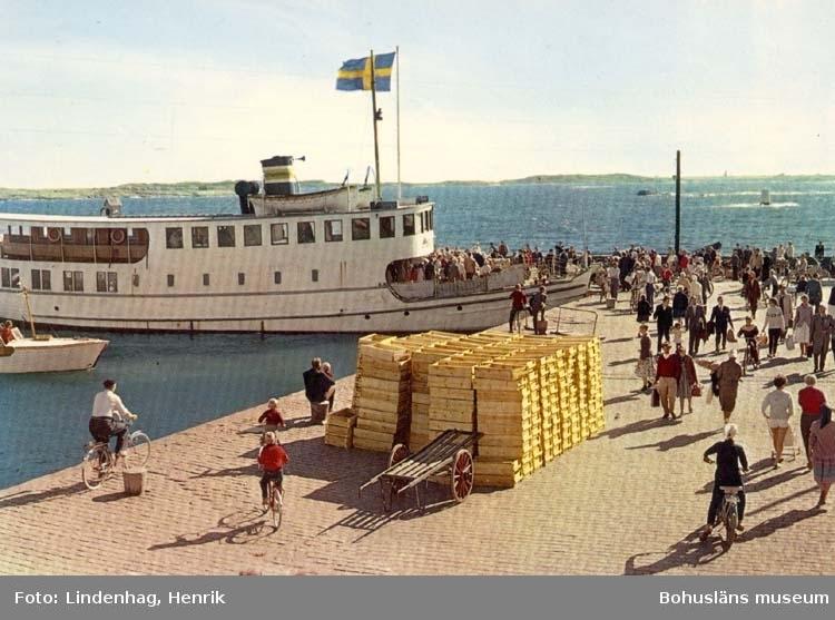 """Tryckt text på kortet: """"En sommardag vid Hönö-Klova brygga.""""  ::"""