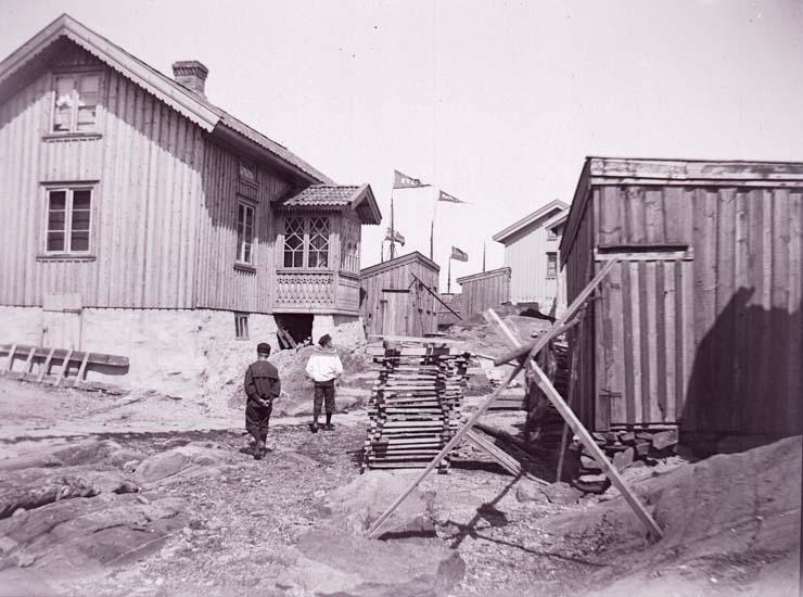 """Enligt text som medföljde bilden """"Ur Ragnar Bergers samling 1890-1900""""."""