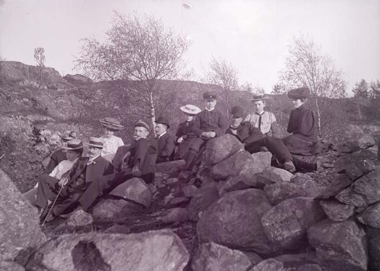 """Enligt text som medföljde bilden: """"Alsbäck, Grupp Maj 1905."""" ::"""