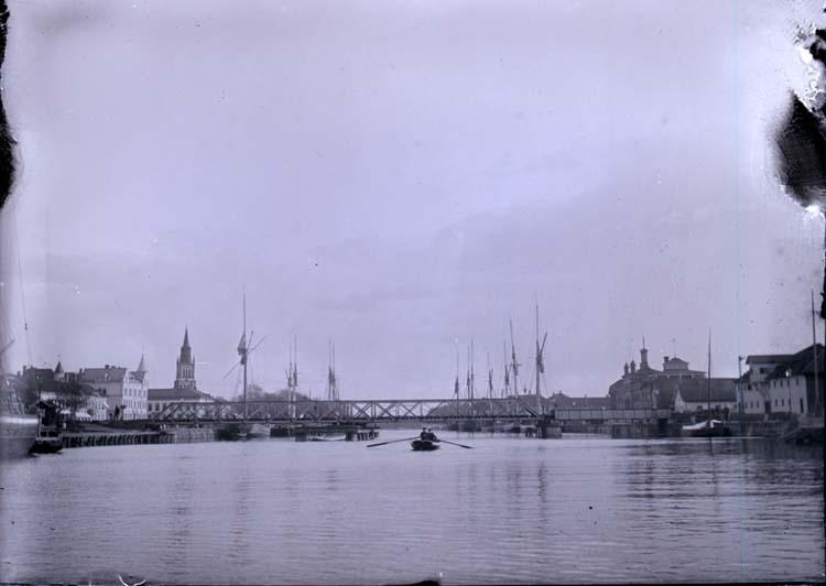 """Enligt text som medföljde bilden: """"Jernvägsbron. Lidköping. 20/5 03""""."""