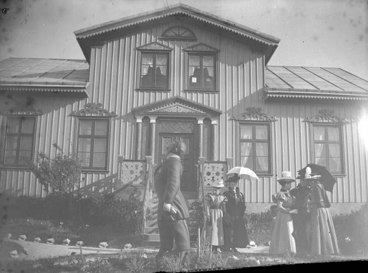 """Enligt text som medföljde bilden: """"Käringön. Prästgården 1897""""."""