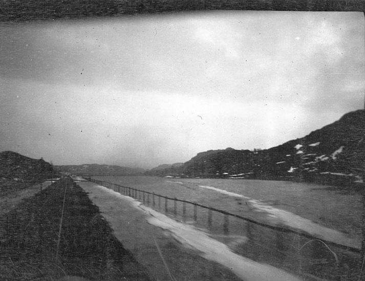"""Enligt text som medföljde bilden: """"Gåseberg"""". Översvämning mellan Häggvall och Gåseberg""""."""
