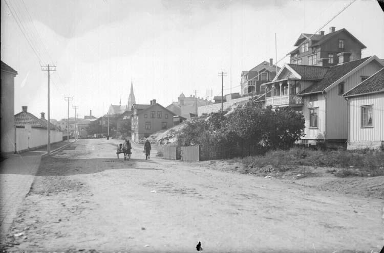 """Enligt text som medföljde bilden: """"Landsvägsgatan d. 24/9 13. Pirol. Otillräcklig och 2 ggr. förut begagnad framkallning."""""""
